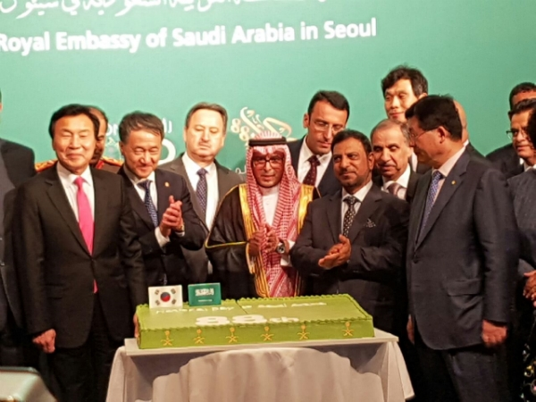 Saudi Amb. Almubaraky surrounded by envoys from the Seoul Diplomatic Corps.