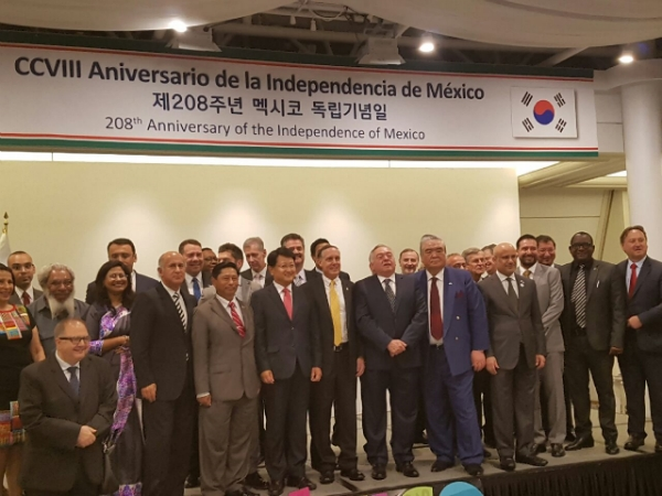 Mexico Amb. Fischer Figueroa(center, yellow necktie) commemorating Mexico 208th Independence Anniversary while being surrouned envoys from the Seoul Diplomatic Corps. on the podium.