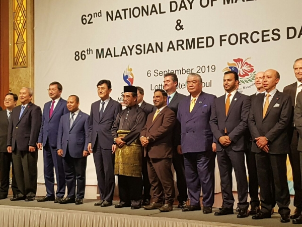 Malaysia new-accredited envoy Muda (center) marking his country's 62 Merdeka National Day as well 86th Malaysia Armed Forces Day with the Seoul Diplomatic Corps. on the podium.