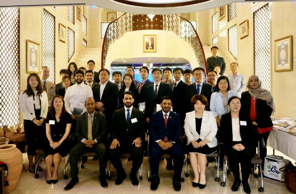 Oman Amb. Alharthy who serves as Dean of the Seoul Diplomatic Corps., poses with participants from home & abroad.
